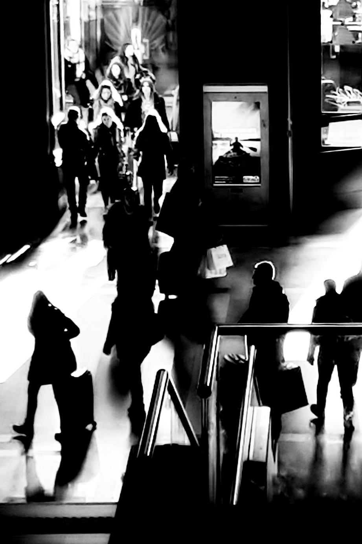 Il vogatore tra la gente, stazione Centrale, Milano