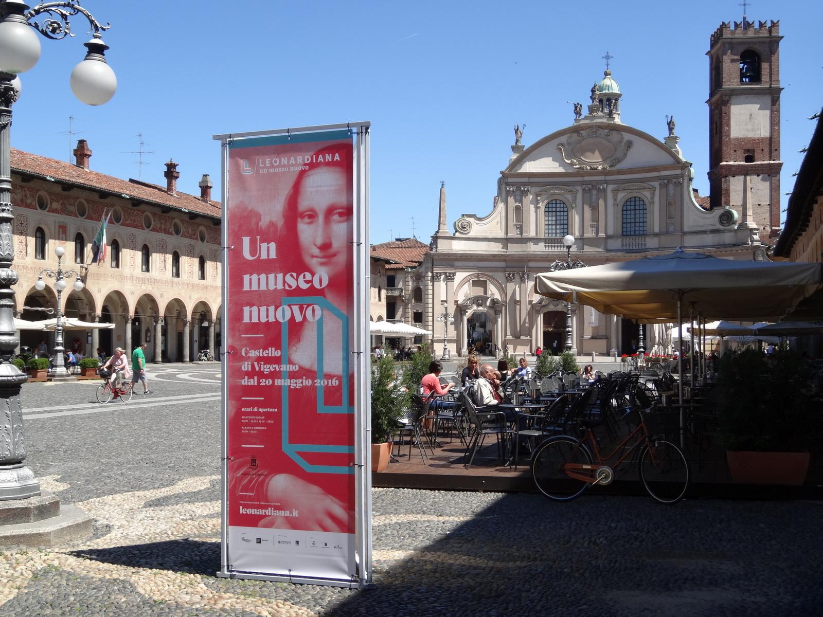 Locandina del museo Leonardiana nella Piazza Ducale di Vigevano.