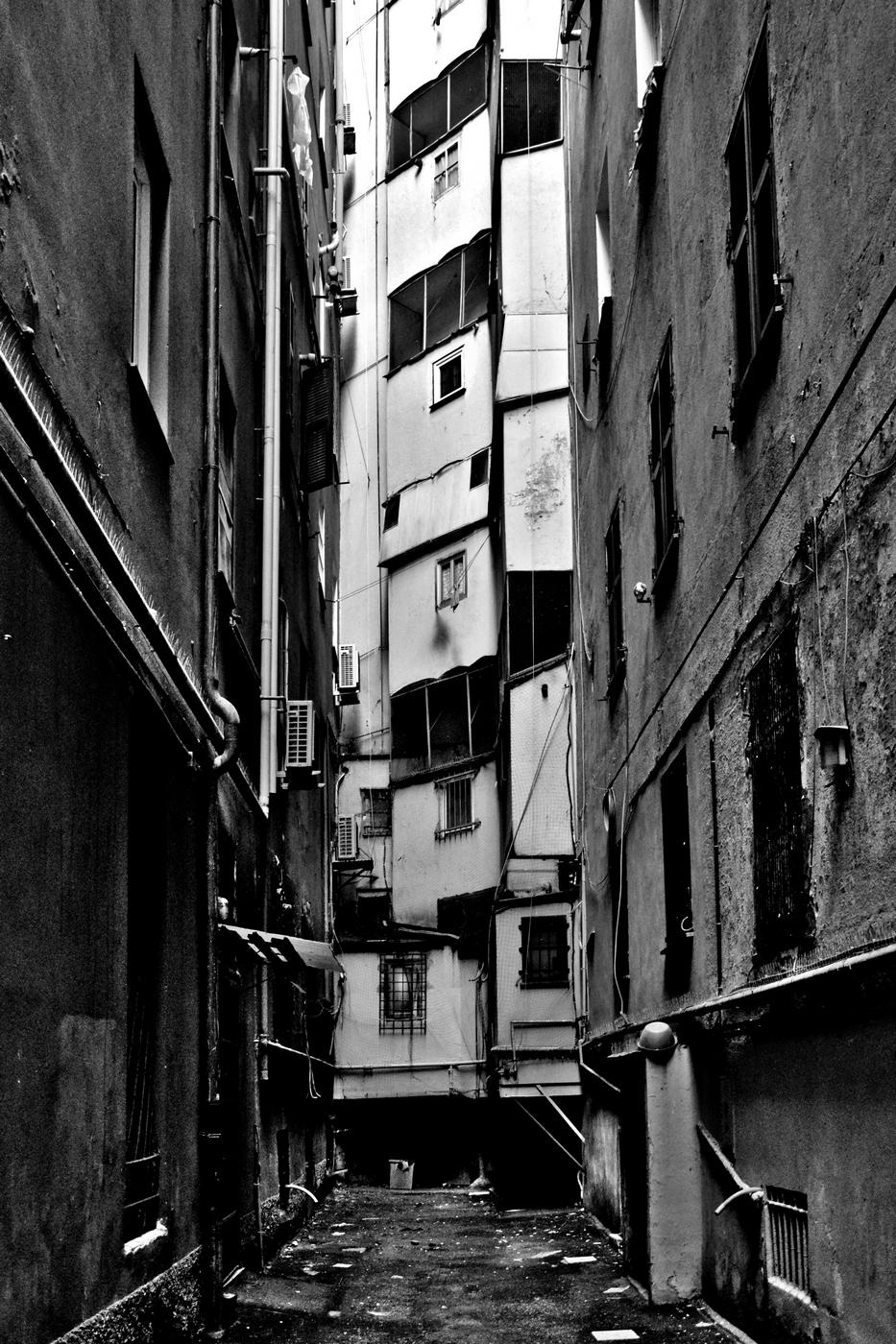 Dietro le quinte dell'eleganza, Piazza Tommaseo, Genova